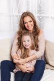 Mooie jonge moeder en dochter royalty-vrije stock foto's