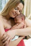 Mooie jonge moeder en haar pasgeboren babyjongen Royalty-vrije Stock Afbeelding