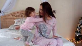 Mooie jonge moeder met de tablet stock video