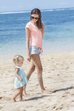 Mooie jonge moeder met haar weinig dochter die langs Th lopen royalty-vrije stock fotografie