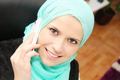 Mooie jonge moslim bedrijfsvrouw met laptop in bureau Royalty-vrije Stock Foto's