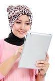 Mooie jonge moslimvrouw die digitale tabletcomputer met behulp van Stock Fotografie