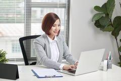 Mooie Jonge Onderneemster In Office stock afbeeldingen