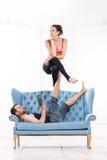 Mooie Jonge Paar het Praktizeren acro-Yoga Royalty-vrije Stock Fotografie