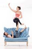 Mooie Jonge Paar het Praktizeren acro-Yoga Stock Afbeelding