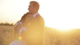 Mooie jonge paarbruid en bruidegom in a stock videobeelden