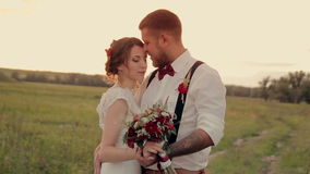 Mooie jonge paarbruid en bruidegom die zich binnen bevinden stock video