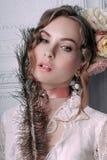 Mooie jonge sexy die vrouw, haar met bloemen wordt verfraaid Perfecte Make-up Schoonheidsmanier eyelashes De studio retoucheerde  stock afbeelding
