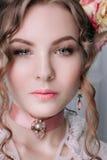 Mooie jonge sexy die vrouw, haar met bloemen wordt verfraaid Perfecte Make-up Schoonheidsmanier eyelashes De studio retoucheerde  royalty-vrije stock afbeelding