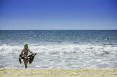 Mooie jonge sexy meisjesvrouw in bikini op het van de de vakantie gezonde lichaam en vrijheid van de strandreis concept Royalty-vrije Stock Afbeeldingen