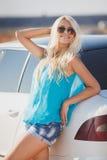 Mooie jonge sexy vrouw dichtbij een auto openlucht Royalty-vrije Stock Foto