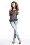 Mooie jonge vrouw in jeans Stock Foto