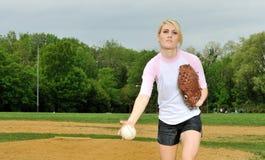 Mooie jonge softballspeler royalty-vrije stock fotografie