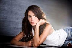Mooie jonge stedelijke vrouw in vrijetijdskleding Stock Foto's