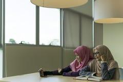 Mooie jonge student in de bibliotheek stock foto's