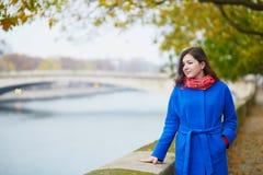 Mooie jonge toerist in Parijs op een dalingsdag Stock Fotografie