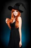 Mooie jonge vrouw als Halloween-heks stock foto's