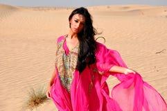 Mooie jonge vrouw in Arabische woestijn Stock Fotografie