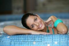 Mooie jonge vrouw bij een Jacuzzi Royalty-vrije Stock Fotografie