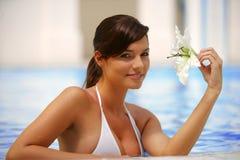 Mooie jonge vrouw bij een pool stock afbeeldingen