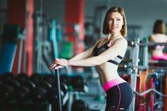 Mooie jonge vrouw bij gymnastiek stock fotografie