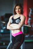 Mooie jonge vrouw bij gymnastiek royalty-vrije stock afbeelding