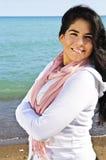 Mooie jonge vrouw bij strand Royalty-vrije Stock Afbeeldingen