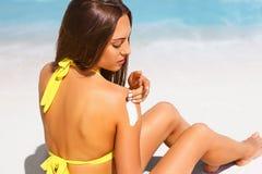 Mooie jonge vrouw in bikini op het zonnige tropische strand royalty-vrije stock foto