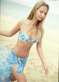 Mooie jonge vrouw in blauw zwempak met pareo Stock Afbeeldingen