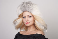 Mooie jonge vrouw in bonthoed Royalty-vrije Stock Fotografie