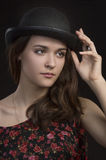 Mooie jonge vrouw in bowlingspelerhoed Donkere achtergrond Royalty-vrije Stock Afbeeldingen