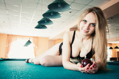 Mooie jonge vrouw in bustehouder die op de pool liggen Stock Afbeeldingen