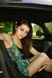 Mooie jonge vrouw in de auto Royalty-vrije Stock Fotografie