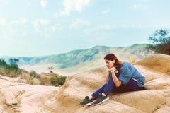 Mooie jonge vrouw in de bergen stemming nave meditatie ontspan stock afbeeldingen