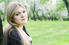 Mooie jonge vrouw in de de lentetuin Stock Foto's