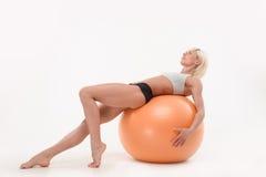 Mooie jonge vrouw in de gymnastiek royalty-vrije stock foto