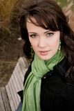 Mooie jonge vrouw in de herfst met een sjaal Stock Afbeelding
