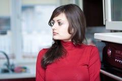 Mooie jonge vrouw in de keuken stock afbeeldingen