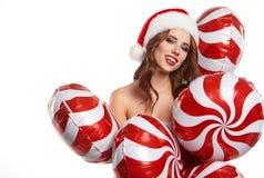 Mooie jonge vrouw in de kleren van de Kerstman stock afbeeldingen
