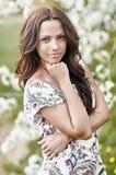 Mooie jonge vrouw in de lentepark Stock Afbeelding