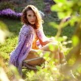 Mooie jonge vrouw in de tuin Stock Afbeeldingen