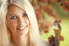 Mooie jonge vrouw in de tuin Stock Afbeelding