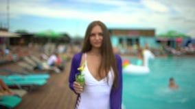 Mooie jonge vrouw in de zomer Meisje dichtbij tropische pool De gelukkige vrouw van de luxereis met mojitococktail het ontspannen stock footage