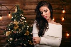 Mooie jonge vrouw dichtbij Kerstboom Royalty-vrije Stock Fotografie