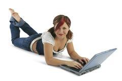 Mooie Jonge Vrouw die aan Hoofdtelefoons luistert stock afbeelding