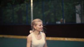 Mooie jonge vrouw die acrobatische stunts tonen Vrolijke meisjesdansen stock videobeelden
