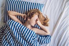 Mooie jonge vrouw die in bed en het slapen liggen Krijg genoeg slaapconcept niet royalty-vrije stock fotografie