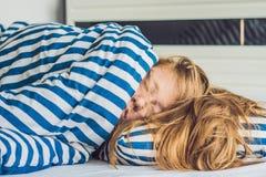 Mooie jonge vrouw die in bed en het slapen liggen Krijg genoeg slaapconcept niet stock afbeeldingen