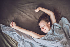 Mooie jonge vrouw die in bed en slaap, hoogste mening liggen Krijg genoeg slaapconcept niet Stock Foto