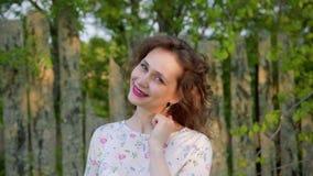 Mooie jonge vrouw die bij de camera glimlacht Sluit omhoog geschoten stock footage